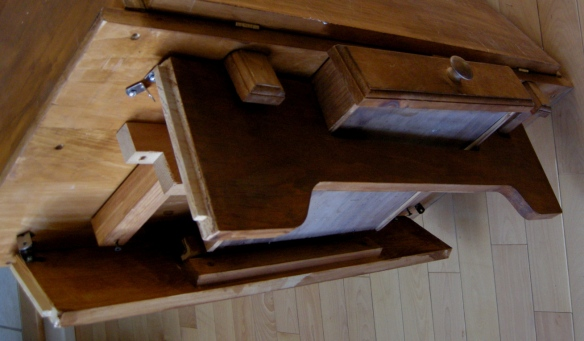 AVANT - Dessous du meuble.  On peut voir que des équerres ont été posées afin de solidifier les pattes.  Les panneaux latéraux étaient arrachés lors de la récupération du meuble.